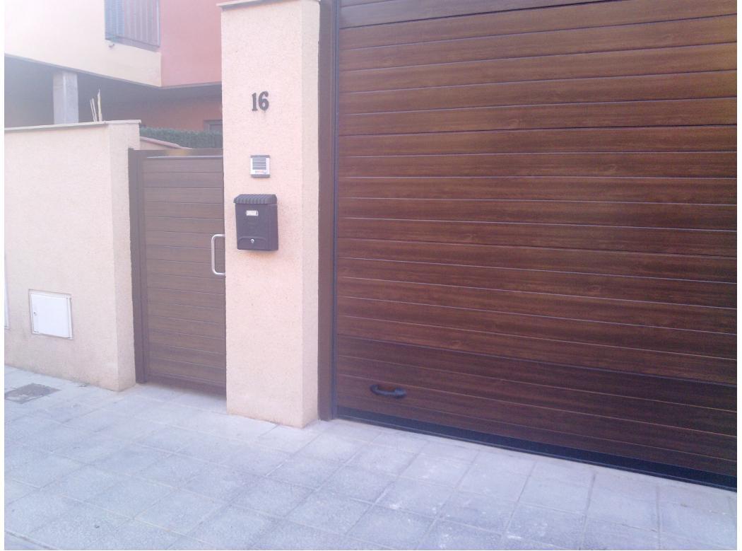 Puerta seccional imitaci n madera en alcal de henares for Puertas de garaje de madera